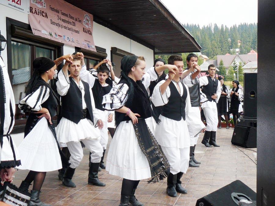 Încă din secolul trecut, elevii de la Baia de Fier învăţau să nu uite folclorul şi obiceiurile strămoşeşti
