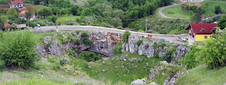 O altă construcţie enigmatică din zona Olteniei este Podul lui Dumnezeu de la Ponoare