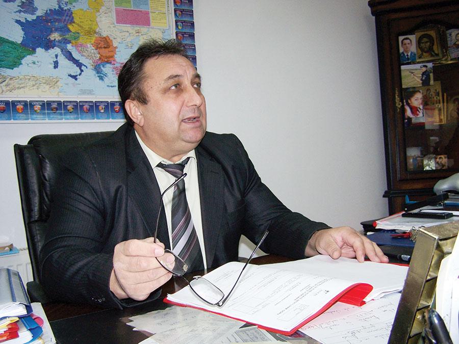 Primarul de Albeni, Dumitru Cornea, hotărât să nu-și piardă nici el mandatul, nici nevasta postul de la primărie și salariile câștigate din 2008 până în prezent