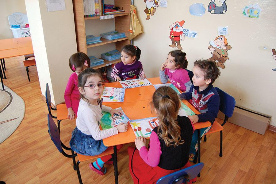 """Copiii de la Grădinița """"Țara poveștilor"""" învață jucându-se"""
