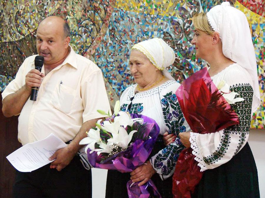 Domnica Trop, alături de publicistul Dorin Brozbă și de solista Nina Predescu, fericită de sărbătoarea creată în cinstea ei, la Muzeul Județean Gorj