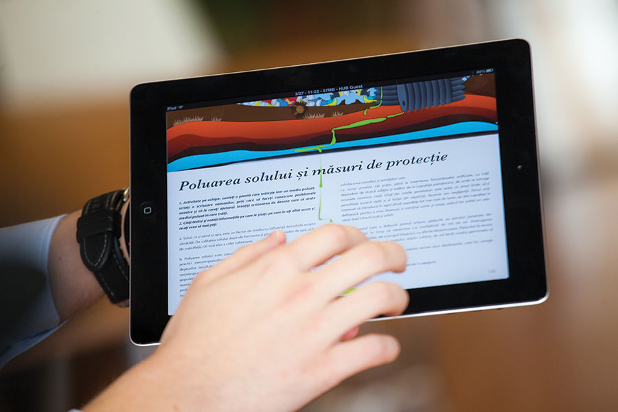 Manualele şcolare intră din acest an în era digitală