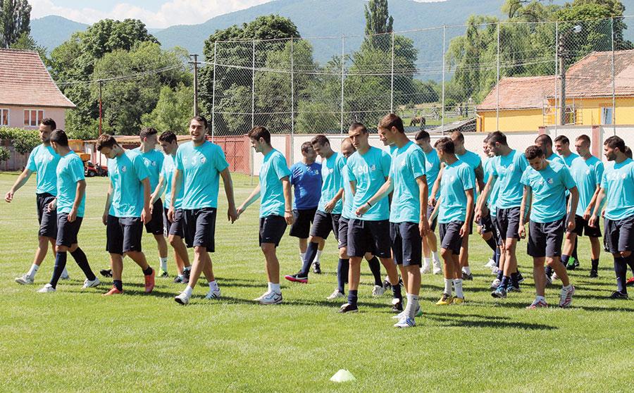 Sub comanda lui Cristi Pustai, nu mai puţin de 32 de fotbalişti se antrenează deja în catonamentul din Sibiu pentru a completa un lot de maxim 25 de jucători.