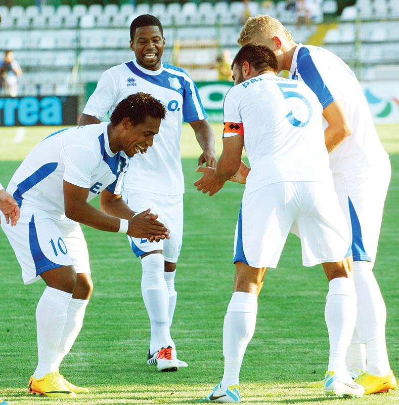 Brazilianul Eric sărbătoreşte golurile colegilor de la Pandurii dansând samba-maneaua!