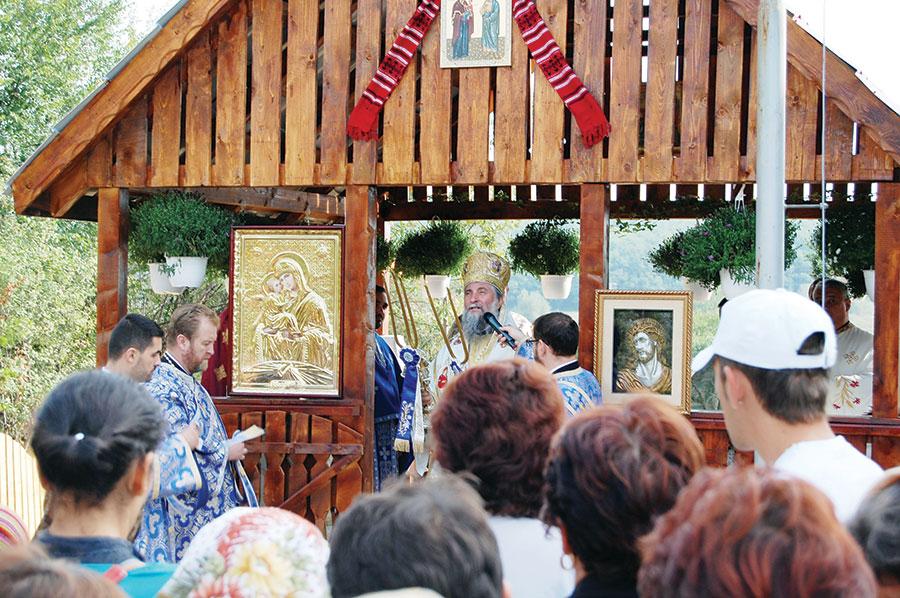 Localnicii din Broștenița au venit cu parastase, au intrat în altar și s-au rugat alături de Mitropolitul Olteniei