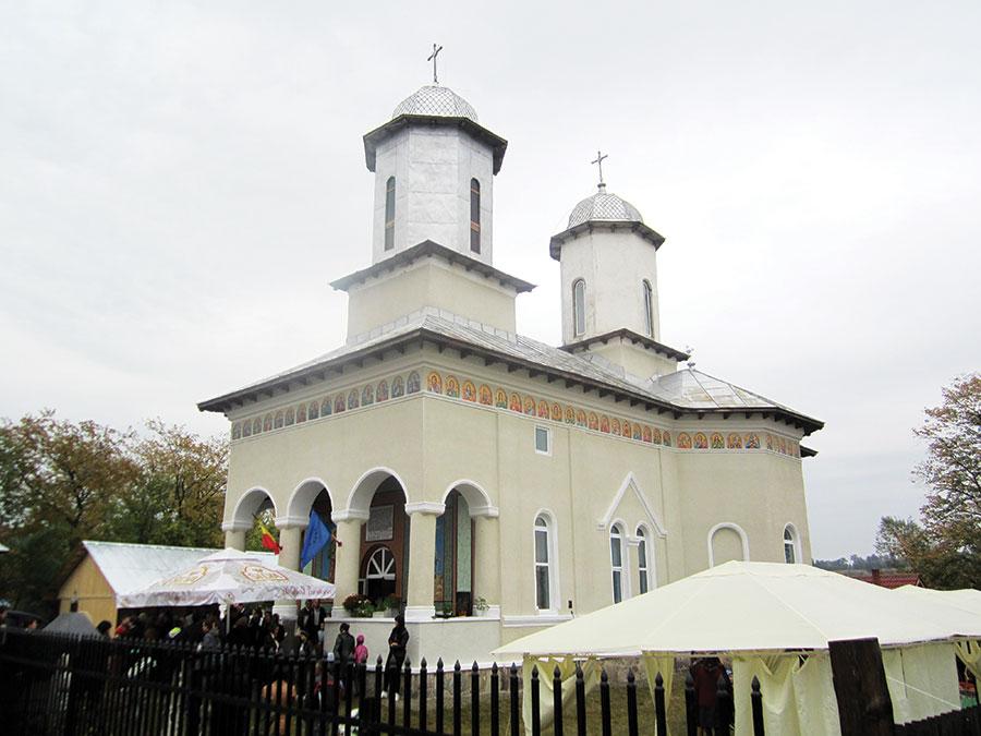 Construită în anul 1900, sfințită în 1912, Biserica Dumbrăveni a fost resfințită zilele trecute