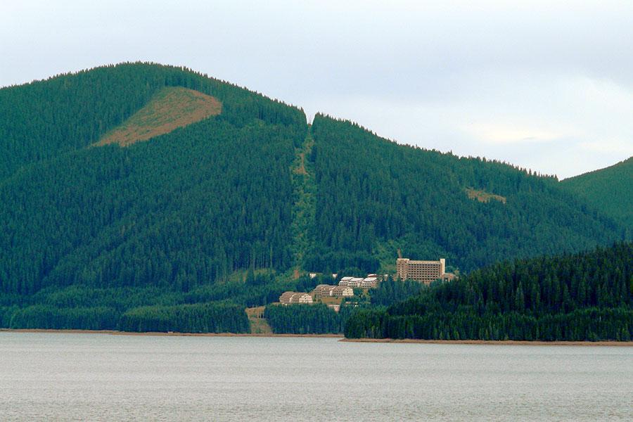 Lacul şi staţiunea Vidra sunt aşezate într-o zonă deosebită