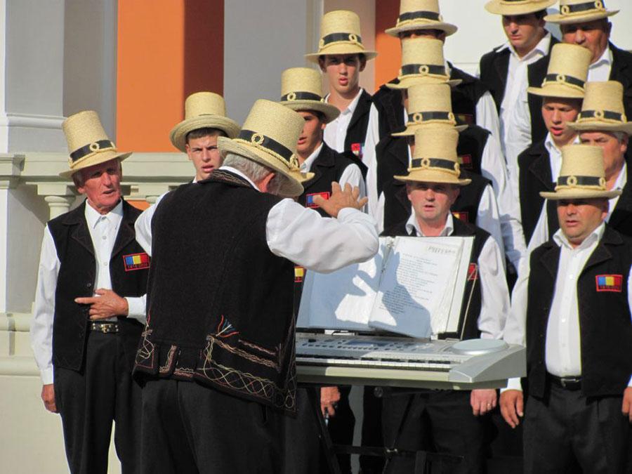 Corul din Finteușu Mare a susținut un spectacol în amfiteatrul CNSH