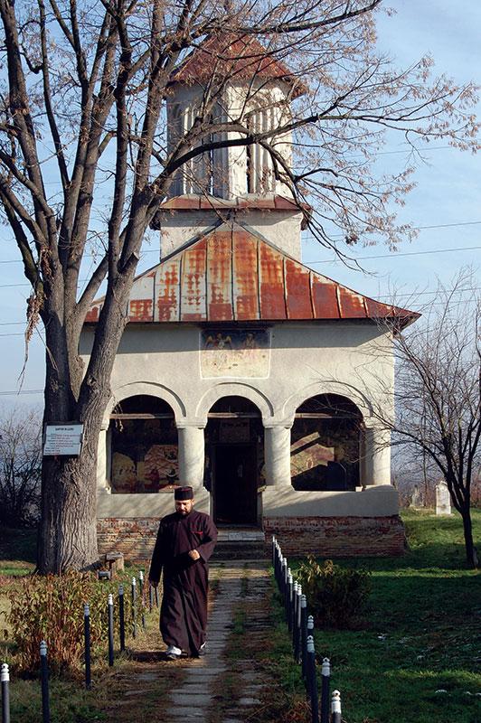 """Biserica din satul Urdari, """"Șantier în lucru"""", dar fără lucrători"""