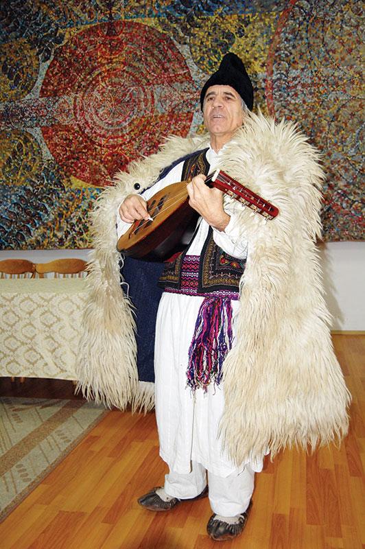 Ion Crețeanu și cobza sa au adus cântecul din vatra satului la Târgu Jiu