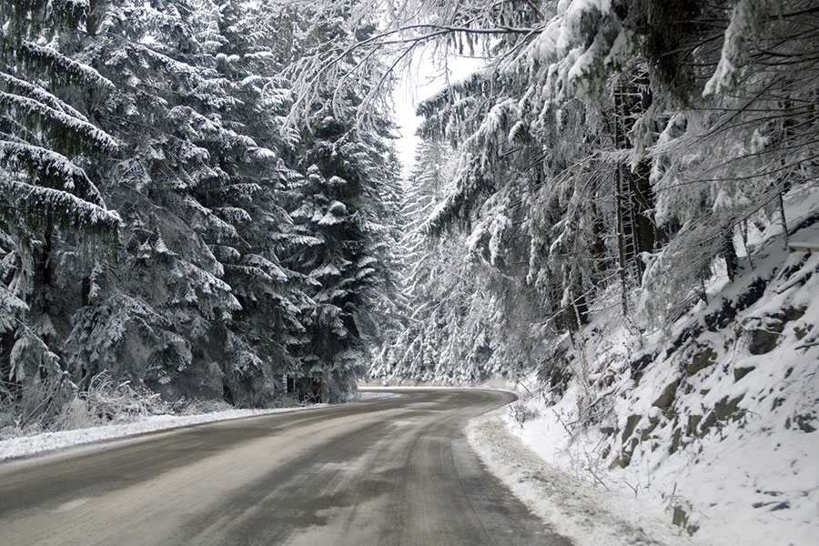 Doar în zonele de munte din Gorj peisajul mai aminteşte de iarnă