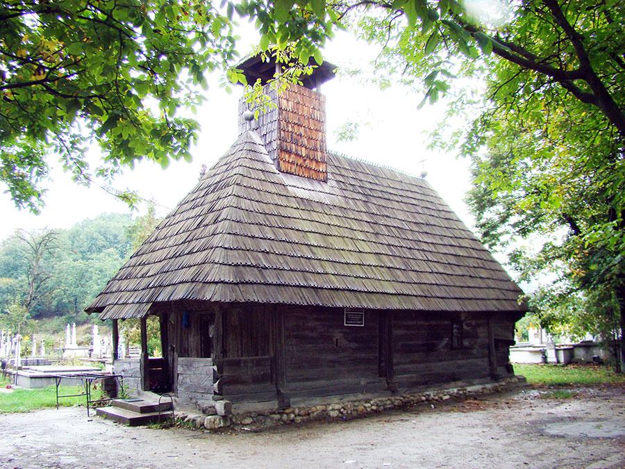 Biserica de lemn Ceauru farmecă vizitatorul prin elementele de construcție și împodobire