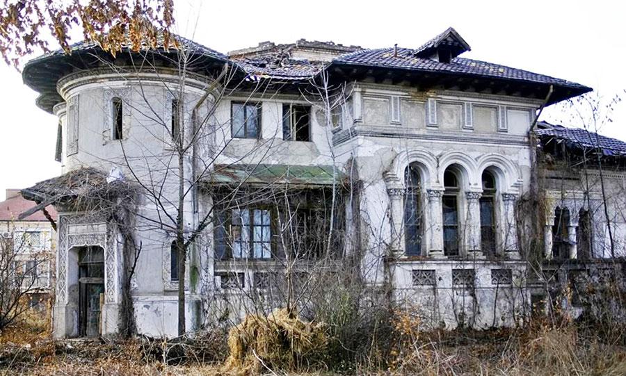 Clădirea din Plopşoru se află într-o stare avansată de degradare