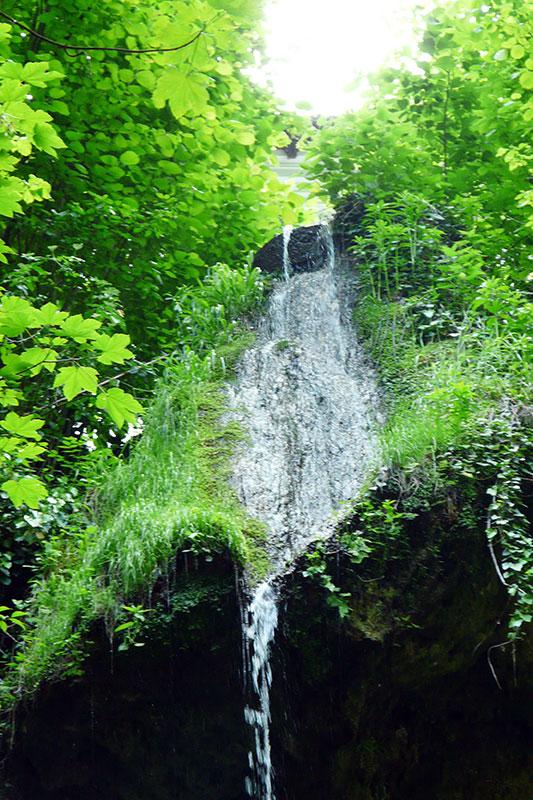 Cascada Stârmina, pragul stâncos peste care se prăvăleşte în mii de sclipiri apa Gurniei.