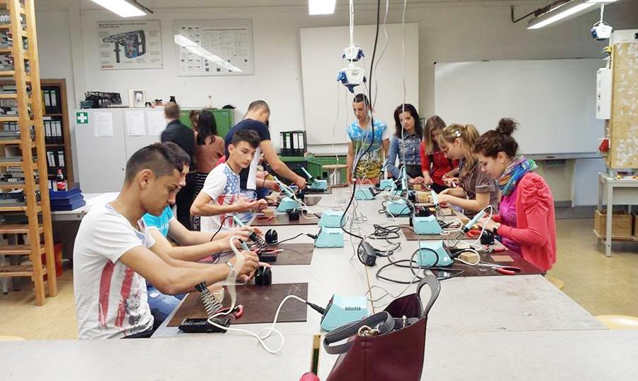 Elevii din Peştişani lucrează în ateliere din Germania