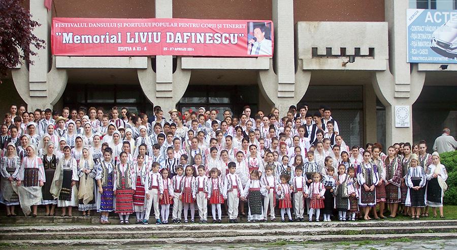 O imagine cu grupurile de dansatori din Negomir, Bâlta, Stoina, Văgiuleşti, Stejari, Rovinari, Căpreni, Baia-de-Fier, Bălceşti, Clubul Elevilor Rovinari, Licurici, Ţicleni, Dragoteşti, Bustuchin, Băleşti şi Tg.Logreşti.