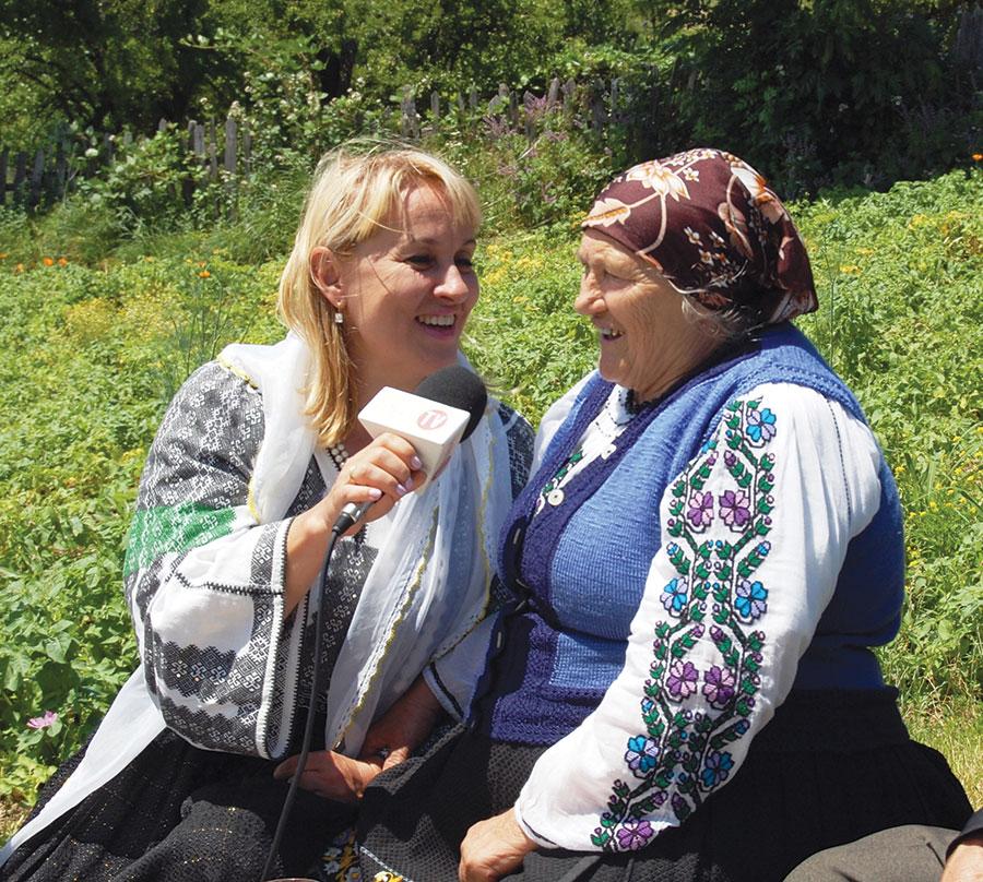 Domnica Trop, în duet cu Nina Predescu, în curtea casei sale de la Izverna