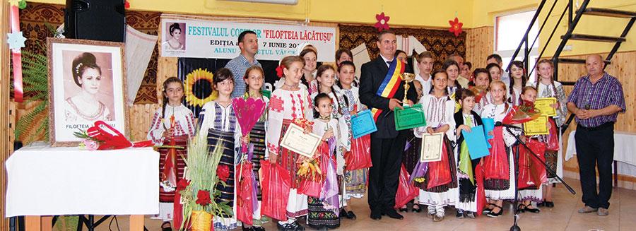 Toți copiii care au urcat pe scena festivalului au primit cadouri și diplome de participare