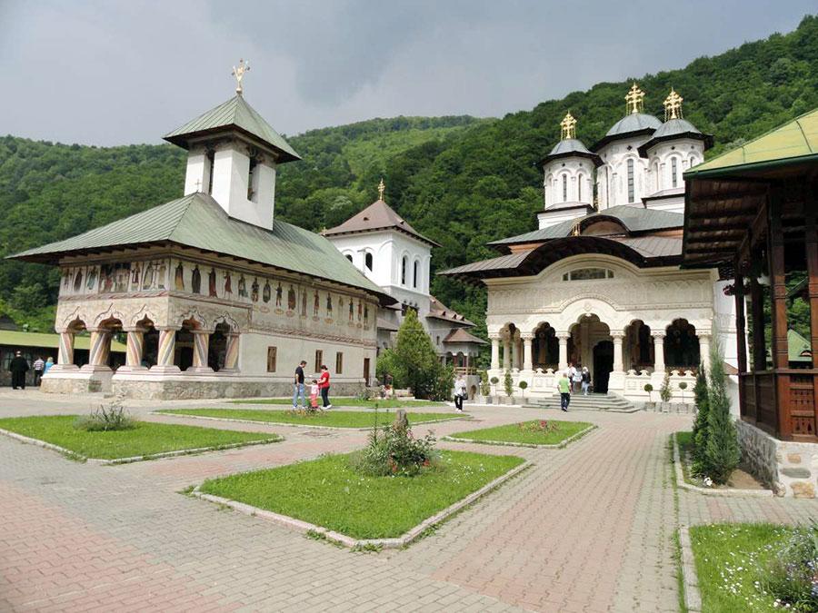 În a doua jumătate a secolului al XIX-lea, aşezarea monahală de la Lainici devine foarte importantă