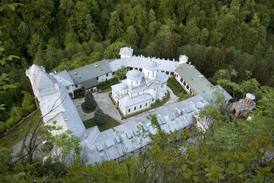 Cornea Brăiloiu solicitase sub blestem ca el şi familia lui să fie îngropat în biserica mânăstirii.