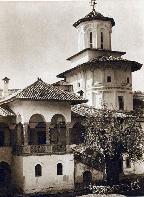 În secolul al XVIII-lea, ţăranii din Baia de Fier erau dependenţi de Mânăstirea Horezu