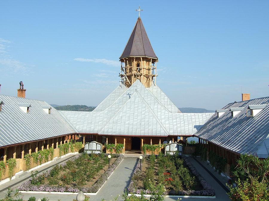 """Mânăstirea """"Sfânta Ana"""" este situată într-un cadru natural special creat de Dunăre, Golful Cerna și înălțimile din zonă"""