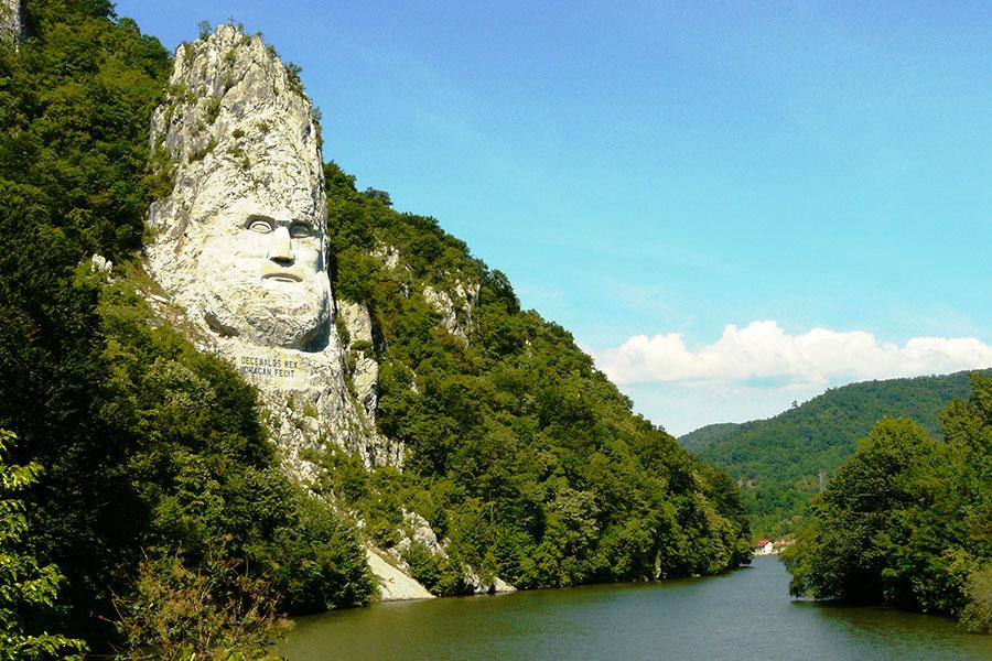 Efigia lui Decebal din stâncă a devenit obiectiv de atracţie turistică