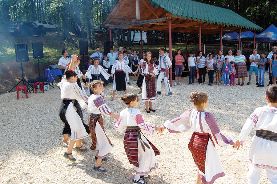 Copiii din comuna Runcu ce fac parte din ansamblurile folclorice din localitate au prezentat un program artistic pentru comunitate