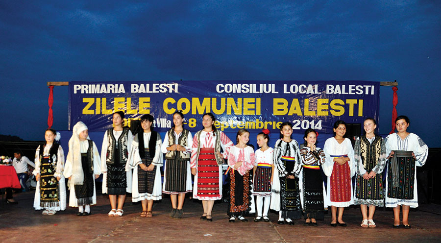 Tinerele din Bălești păstrează cu sfințenie tradițiile și obiceiurile locale