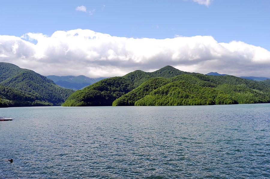 La confluenţa Iovanului cu Cerna, colţuros şi învins, muntele s-a prăvălit piatră cu piatră în calea apelor.