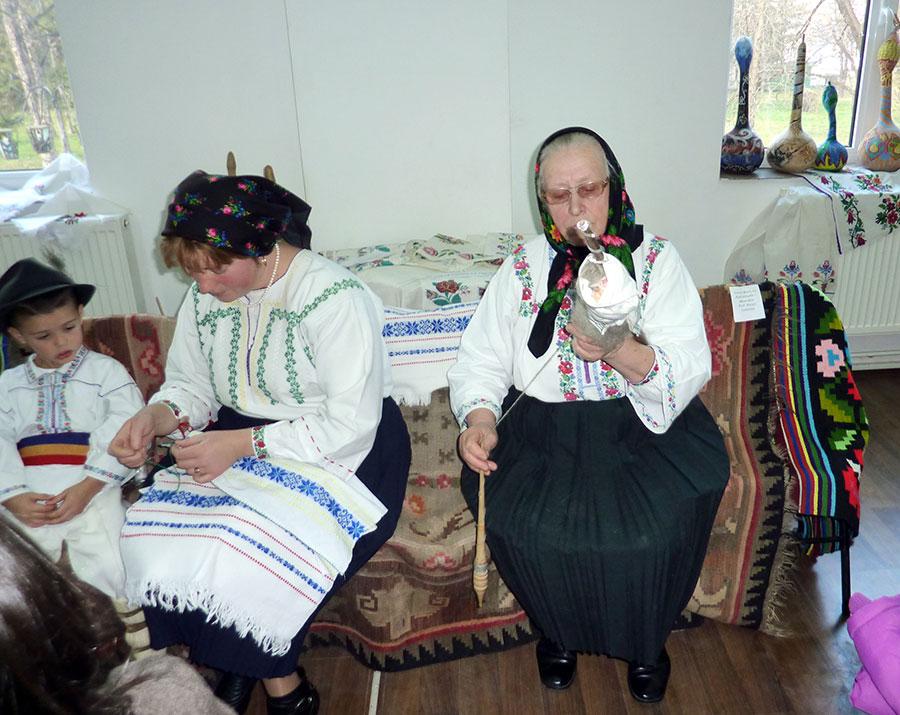 Costumul popular încă se mai păstrează în tradiția satului gorjean