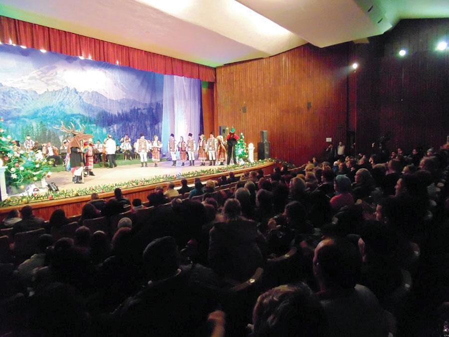 Aproape 500 de gorjeni au umplut sala de spectacol a Casei de Cultură a Sindicatelor, pentru Flavian