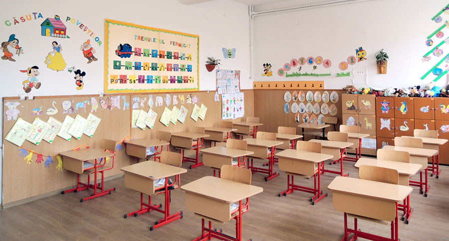 Cei mai mici dintre elevi sunt primiți cu mobilier nou și adaptat vârstei lor
