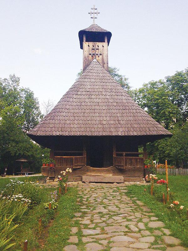 Istoria scoate capul în Fărcășești, în ciuda carierei, prin crucea bisericilor de lemn