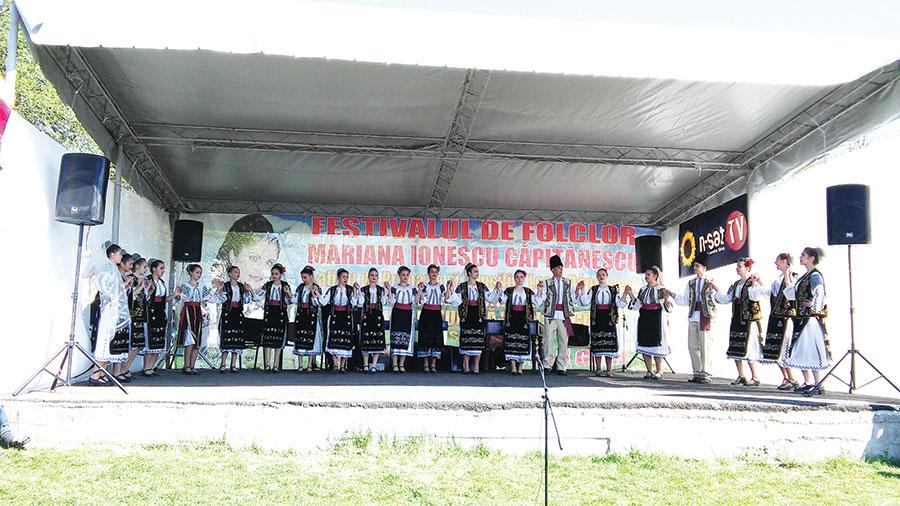 Toți copiii au primit premii și dimplome, pentru păstrarea folclorului tradițional