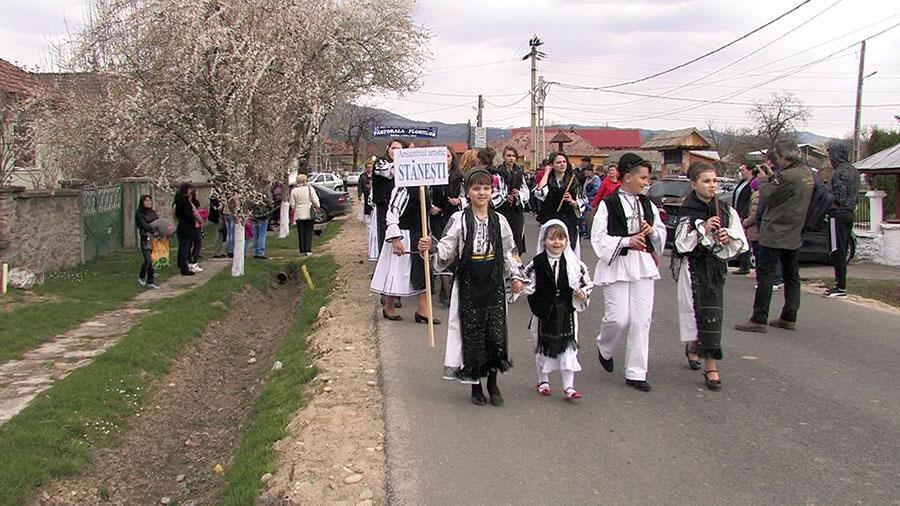 Pastorala Floriilor a adunat la Stănești sute de localnici și invitați