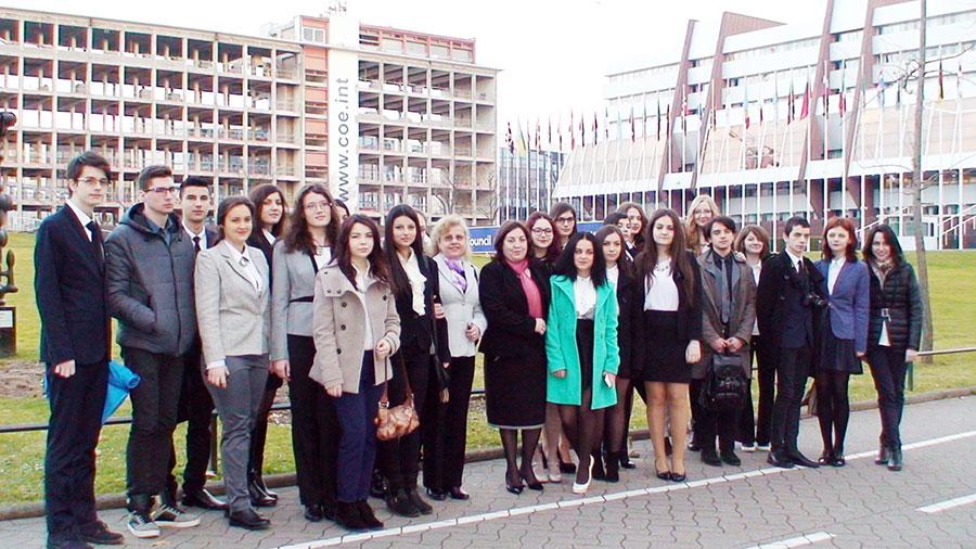 Elevii haretiști și însoțitorii lor care s-au aflat la Strasbourg