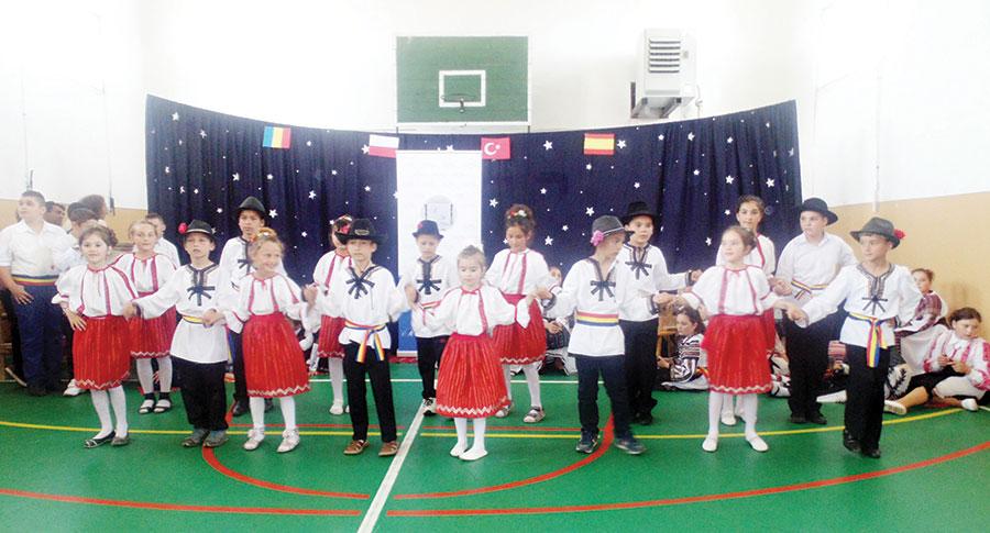 Oaspeții străini au fost fascinați de tradițiile și obiceiurile locale păstrate de elevii din Bălești