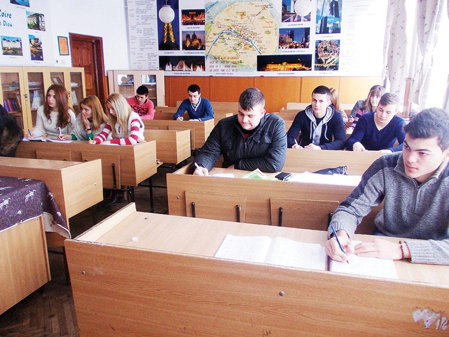 Elevii de gimnaziu dau examen la Limba Română și Matematică