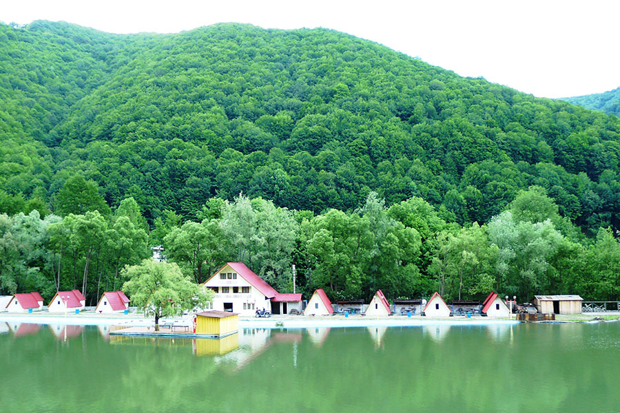 Pe Valea Cernei turistul are la dispoziție toate cele necesare relaxării