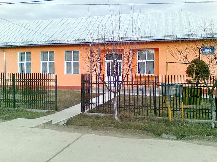 La început, școlile din Stoina erau organizare în casele unor localnici, acum se face aici învățământ modern