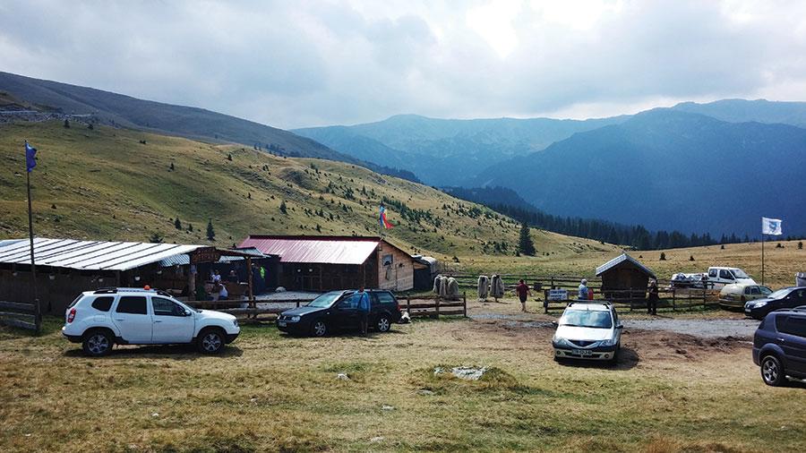 Stâna Ștefanu a devenit loc de popas pentru turiștii ce traversează munții pe Transalpina