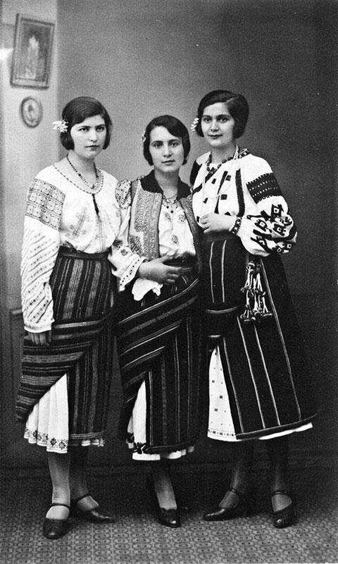 Tinere românce într-o fotografie din perioada interbelică