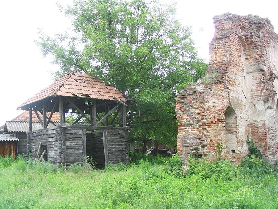 Biserica din Albeni îşi aşteaptă restauratorii