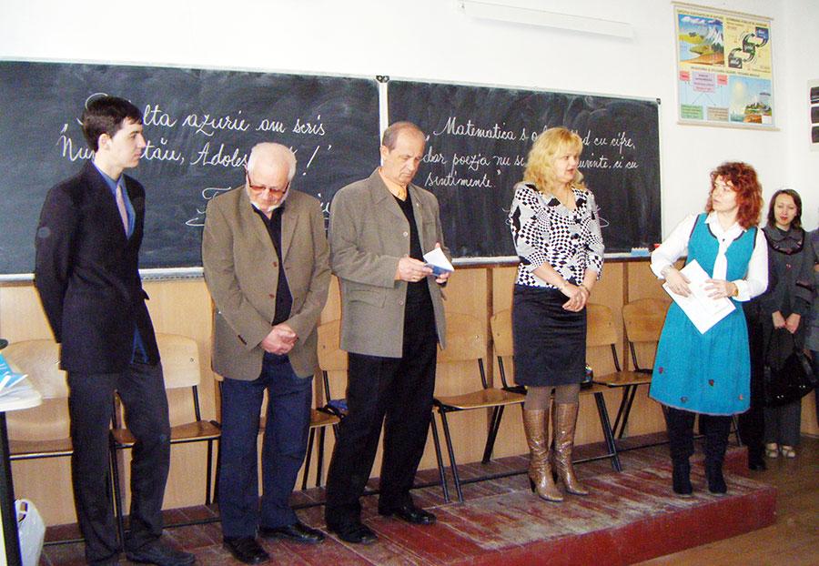 Elevii și cadrele didactice din Novaci studiază istoria recentă a României.
