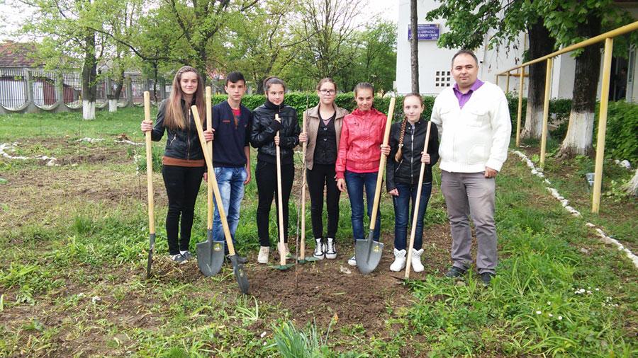 Elevii din Gorj au înfiinţat în 2015 plantaţii pomicole cu fonduri de la Consiliul Judeţean Gorj
