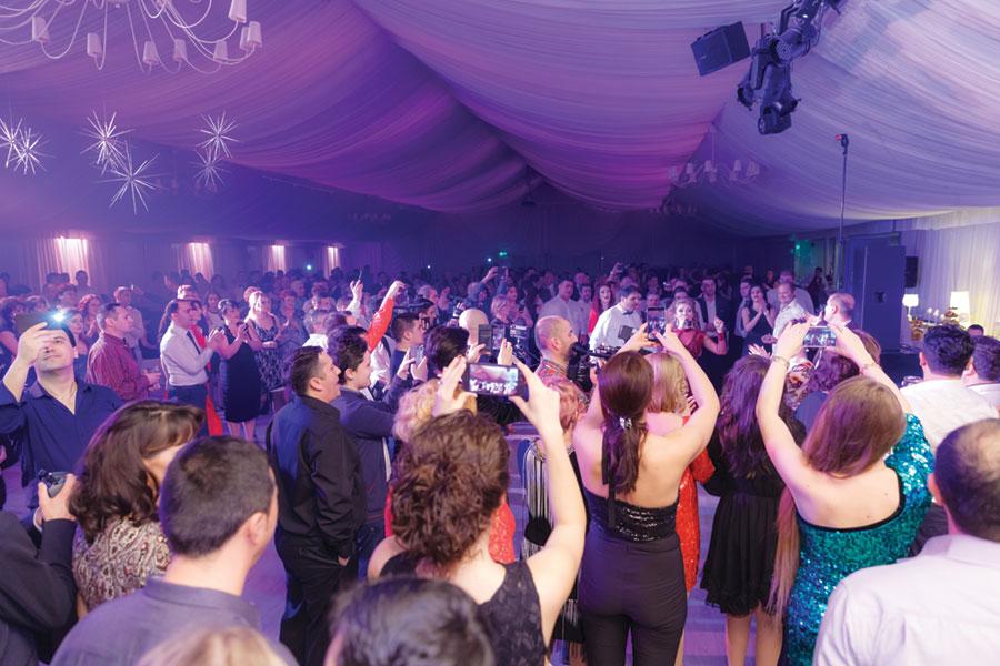 Sala mare de evenimente de la Anna Events s-a dovedit neîncăpătoare pentru toți artiștii și invitații lor din țară care au vrut să participe la Revelionul Artiștilor organizat la Târgu Jiu, înscrierile oprindu-se la 700