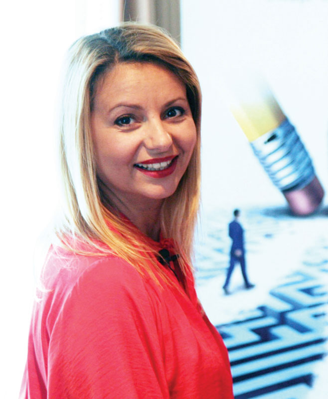 Angela Nuțu este unul dintre cei mai cunoscuţi şi bine pregătiţi traineri din România şi vicepreşedinte al Asociaţiei Române de Hipnoză