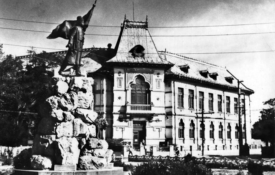 """Iată cum arăta clădirea Gimnaziului """"Tudor Vladimirescu"""" la începutul secolului trecut"""