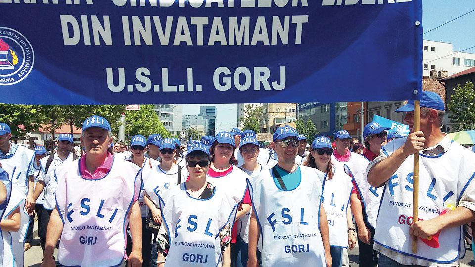 Peste 100 de dascăli au protestat la Bucureşti